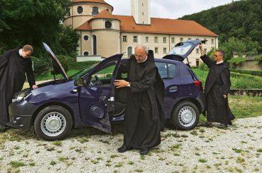 Sandero erhält den Kloster-Segen