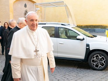 "Papst Franziskus nutzt Dacia Duster als neues ""Papamobil"""