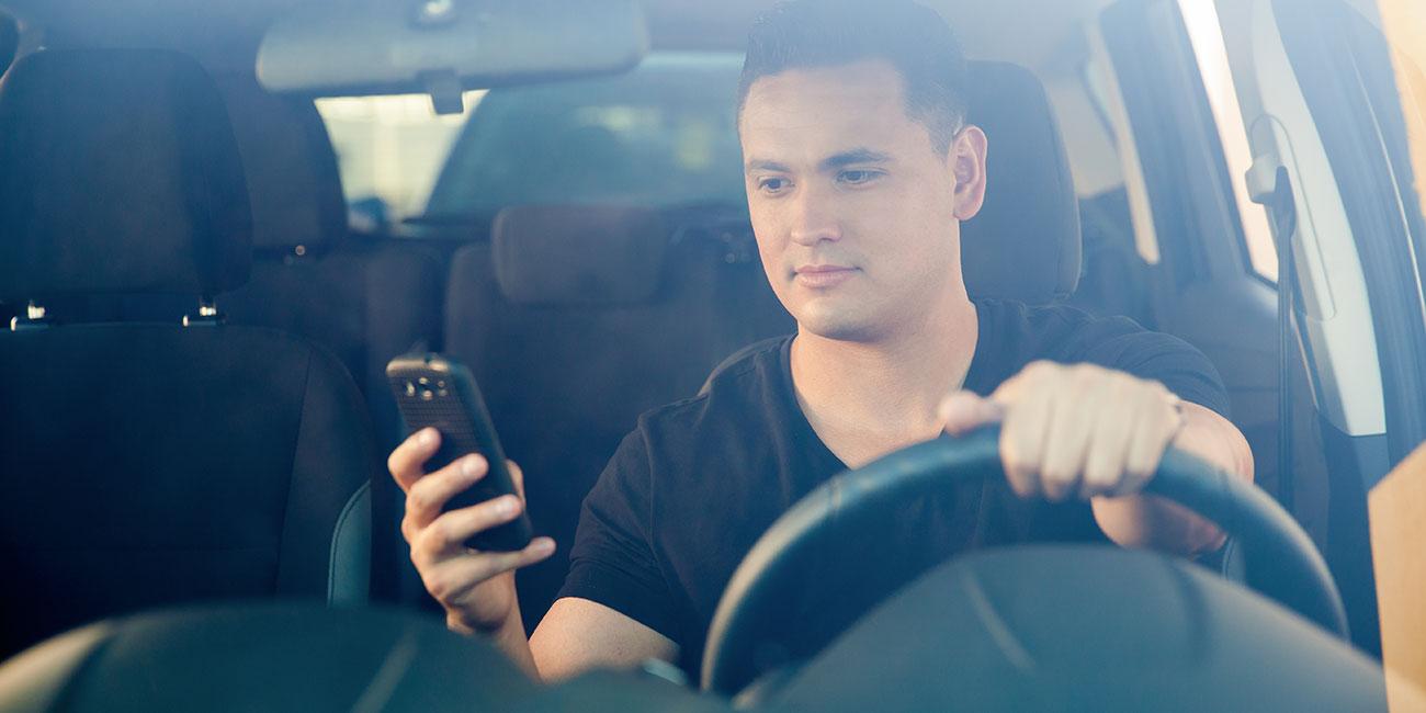 Handy am Steuer: eine tödliche Gefahr und daher streng verboten