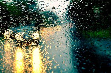 Auf nasser Straße Auto fahren: Für Ihren Schutz haben wir zehn tolle Tipps bei Regen