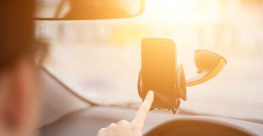 Sicher telefonieren während der Fahrt – so geht's