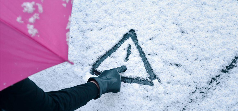 Verschneite Verkehrsschilder und Kennzeichen